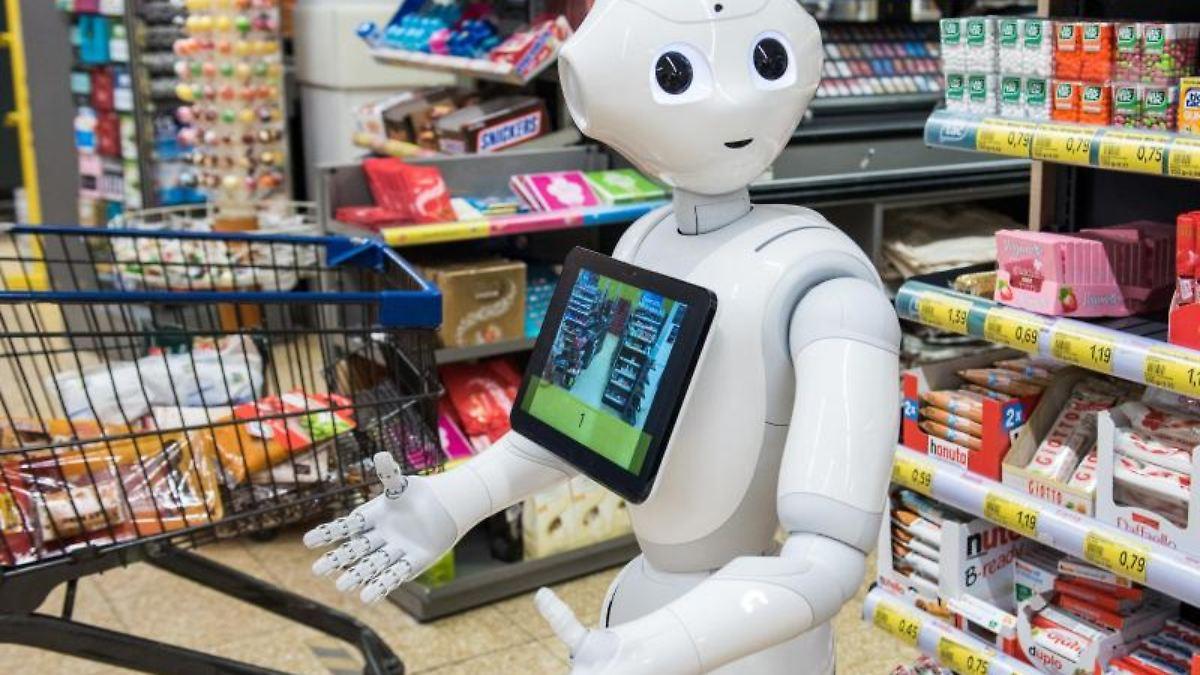 "Roboter ""Pepper"" mahnt in Supermarkt zu Corona-Regeln"