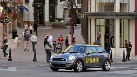 In Feldversuchen fahren bereits einige Elektroautos, wie dieser Mini E, auf deutschen Straßen umher.