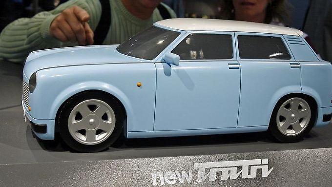 """Messebesucher in Leipzig bestaunen 2007 das Modell """"newTrabi"""". Auf der IAA 2009 in Frankfurt soll eine echte Version vorgestellt werden."""