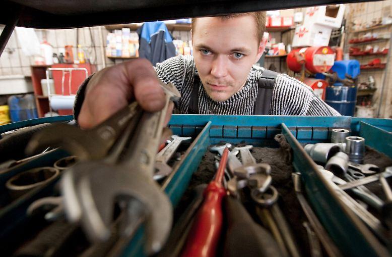 14 Fragen stellen die Mitarbeiter des Verkehrsclubs dabei. Es geht um die Kernfragen: Wie zufrieden sie sind mit Ihrem Auto, mit dem Image und der Arbeit des Herstellers sowie der Qualität der Werkstätten? Die deutschen Hersteller schneiden dabei überraschend schwach ab.