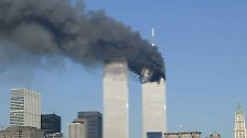Der Turm brennt. Zunächst ist jedoch unklar, ob es sich um einen Anschlag oder einen Unfall handelt.