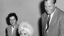 Ein Charmeur, der den weiblichen Reizen durchaus nicht abgeneigt war. (Im Bild mit Sophia Loren). Aber auch ein Instinkt-Politiker.