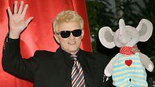 Ihn erkennt man sofort: Blondes Haar, schwarze Sonnenbrille - das ist Heino.