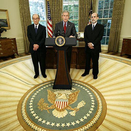 Montag, 24. Oktober 2005: US-Präsident George W. Bush stellt im Weißen Haus mit Ben Bernanke (rechts) den Nachfolger für Alan Greenspan (links) an der Spitze der US-Notenbank Federal Reserve (Fed) vor.