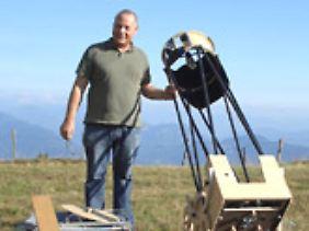"""""""Mondpapst"""" Dipl.-Psych. Stephan Mayer mit seinem astronomischen Teleskop."""