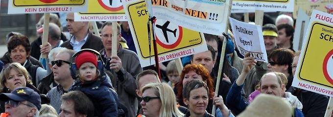 Gegen Fluglärm, Nachtflüge und Drehkreuz-Ambitionen: Anwohner protestieren.