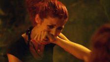 Fiona verbrennt sich am Lagerfeuer die Hand.