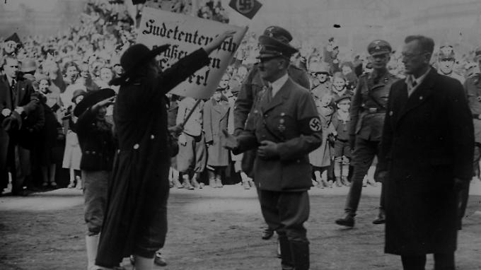 Hitler während einer Feier auf den Heldenplatz in Wien am 15. März 1938.