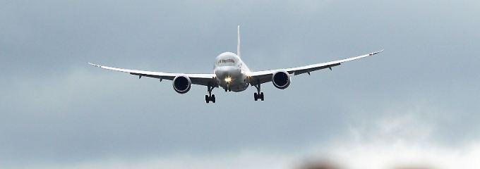 Anflug auf Farnbourough mit charakteristisch nach oben gebogenen Tragflächen: Bei der Luftfahrtmesse im vergangenen Sommer war die Welt für den Dreamliner noch in Ordnung.