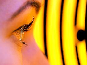 Der Augenarzt vermisst das Auge nicht nur, sondern untersucht es auch.