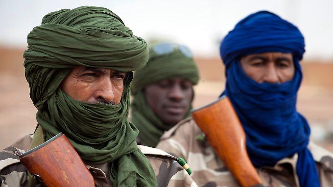 Soldaten aus dem Tschad kontrollieren den Flughafen der Stadt Gao. Sie gehören zu den ersten Soldaten der afrikanischen Mission in Mali.