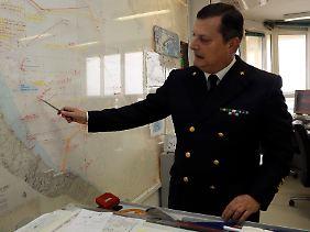 """""""Status unkown"""": Francesco Saverio Ferrara, Admiral der italienischen Seestreitkräfte, deutet auf die Koordinaten, an der die Amerikaner einen ihrer Kampfjets vermuten."""