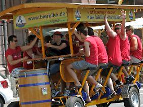 Ausgebremst: Ohne Sondergenehmigung dürfen Bierbikes nicht über Deutschlands Straßen rollen, beschloss das Bundesverwaltungsgericht im Sommer 2012.