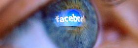 Facebook immer im Blick: Smartphone-Nutzung steigt deutlich.