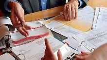 Falsche Renditeversprechen oder versteckte Kosten: Die Tricks mancher Banken beim Verkauf von Anlagen sind schwer zu durchschauen.