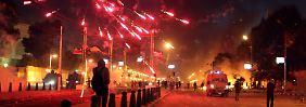 Jugendliche greifen nach einem Protestmarsch den Präsidentenpalast an, werfen Brandsätze und schießen Feuerwerkskörper ab.