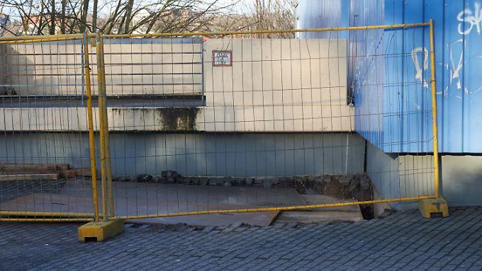 Das Erdloch an der Turnhalle wurde notdürftig abgedeckt.