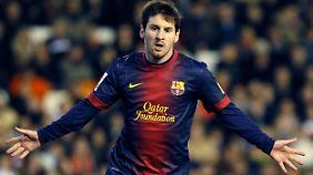 Lionel Messi trifft vom Elfmeterpunkt.