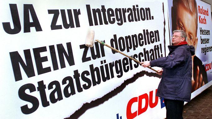 25. Januar 1999, Roland Koch klebt ein Plakat.