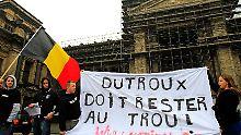 """Demonstranten fordern vor dem Gerichtsgebäude: """"Dutroux muss im Gefängnis bleiben."""""""