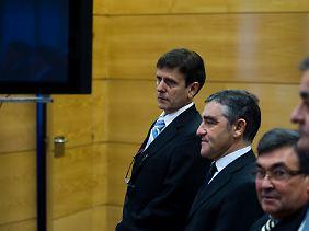 Der frühere Radsport-Manager Manolo Saiz (2.v.l.) gehört wie Eufemiano Fuentes zu den Angeklagten im größten spanischen Dopingprozess.