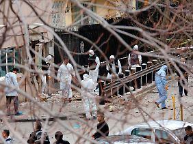 Spurensuche: Der Anschlag auf die US-Botschaft in Ankara endete für den Attentäter und einen türkischen Wachposten tödlich.