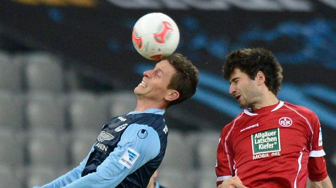 Muenchens Rob Friend (l.) und Kaiserslauterns Markus Karl kaempfen um den Ball.