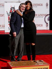 Robert de Niro und seine Frau Grace Hightower hinter seinen Hand- und Fußabdrücken.