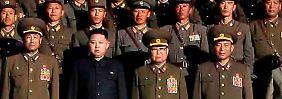 Die Führungsriege Nordkoreas. Das Archiv-Foto zeigt unter anderem den neuen Staatschef Kim Jong Un (2.v.l.).