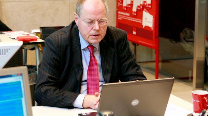 Peer Steinbrück am Laptop: Dass er die Blogbeiträge selbst verfassen wird, ist eher unwahrscheinlich.