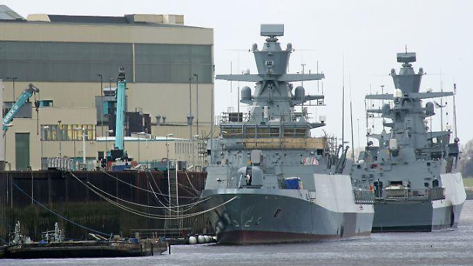 Zwei Korvetten-Neubauten für die Deutsche Marine liegen am Ausrüstungspier der Lürssen-Werft in Lemwerder.
