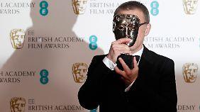 """Christoph Waltz versteckt sich hinter seiner Preis-Maske für seine Rolle in """"Django unchained""""."""