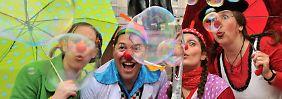 Nicht nur zur Karnevalszeit mit roter Nase: Rund 250 Klinik-Clowns zaubern Patienten in deutschen Krankenhäusern ein Lächeln auf die Lippen. Das hebt nicht nur die Stimmung, es kann auch den Heilungsprozess fördern.