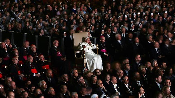 19. Mai im Vatikan: Der Papst schaut sich einen Film über seinen Vorgänger Johannes Paul II. an.
