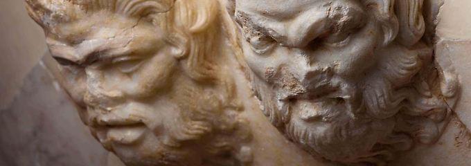Der Griff eines marmornen Beckens.