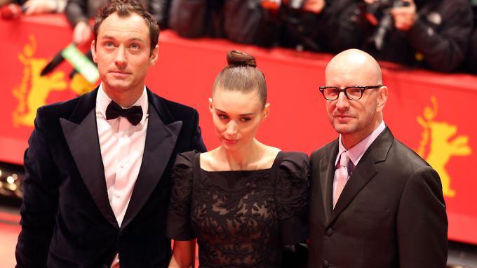 """Steven Soderbergh (r.) mit Jude Law und Rooney Mara bei der Premiere von """"Side Effects"""" während der Berlinale."""