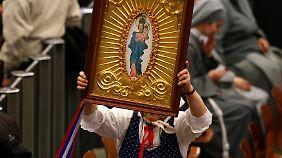Eine Besucherin in der Audienzhalle des Petersdoms.