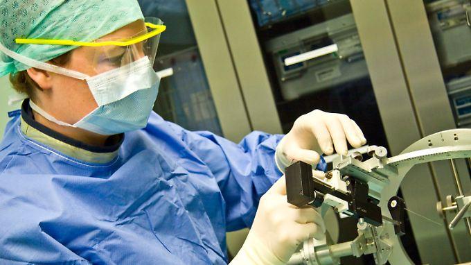 Eine millimetergenaue Einstellungen der Stimulationselektroden wird vorgenommen.