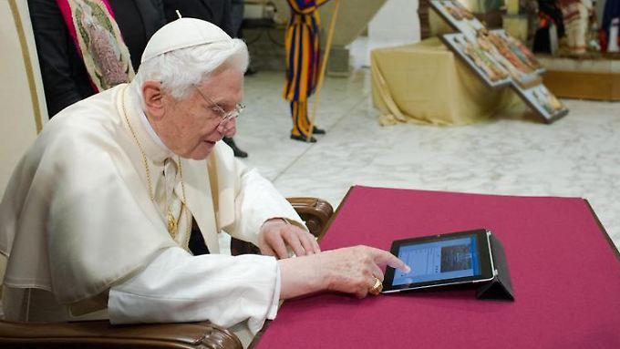 Papst Benedikt XVI. macht sich mit der Technik vertraut.