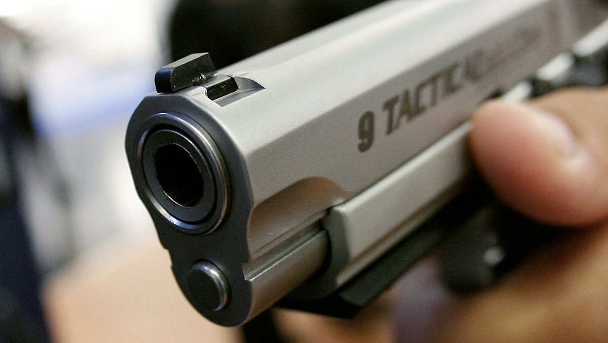 babysitterin l sst pistole liegen f nfj hriger erschie t sich n. Black Bedroom Furniture Sets. Home Design Ideas
