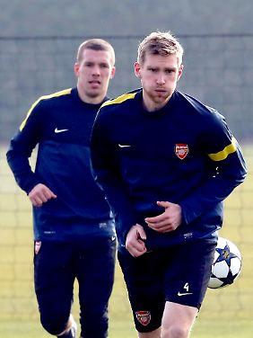 """Zwei Bekannte spielen bei den """"Gunners"""": Lukas Podolski (li.) und Per Mertesacker."""