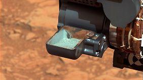 Die Schaufel des Roboters nahm den Staub auf. Nun wird er an Messinstrumente weitergeleitet.