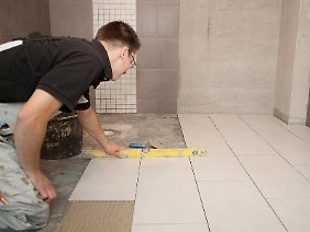 Neue Fliesen im Bad gelten in der Regel als Instandsetzung. Wird aber zusätzlich noch eine Dusche eingebaut, kann das eine Modernisierung sein.