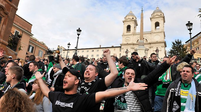 Gute Laune vor dem Spiel: Gladbach-Fans auf der Spanischen Treppe in Rom.