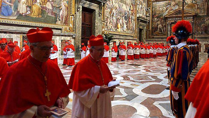 """Laut Lombardi wird auf die Kardinäle ein """"inakzeptabler Druck"""" ausgeübt."""