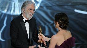Haneke bekommt den Oscar von Jennifer Garner überreicht, der Frau von Ben Affleck - da schließt sich der Kreis zwischen bestem Film und bestem Auslands-Film.