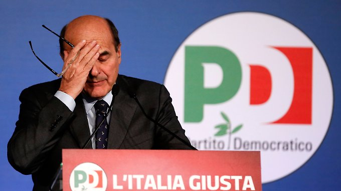 Als Politiker in Italien hat man es nicht leicht: Pier Luigi Bersani fasst sich an den Kopf.