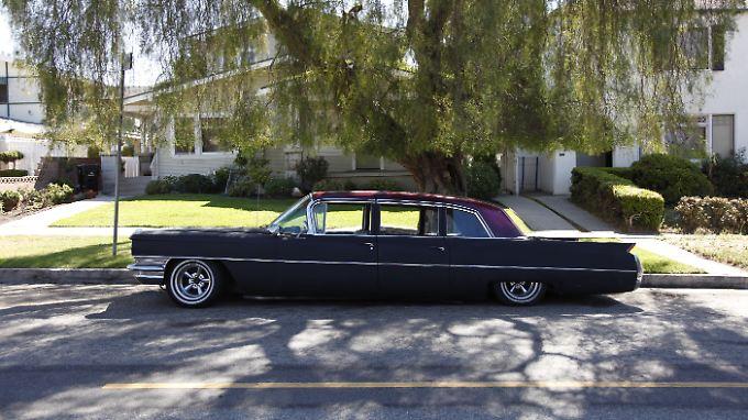 Ein Cadillac Fleetwood parkt unter einer grünen Weide.