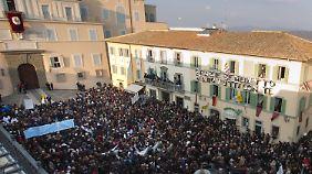 Tausende empfinden Benedikt bei der Ankunft in seiner Sommerresidenz. Von dem Balkon (oben links im Bild) sprach der Papst zu den Menschen.