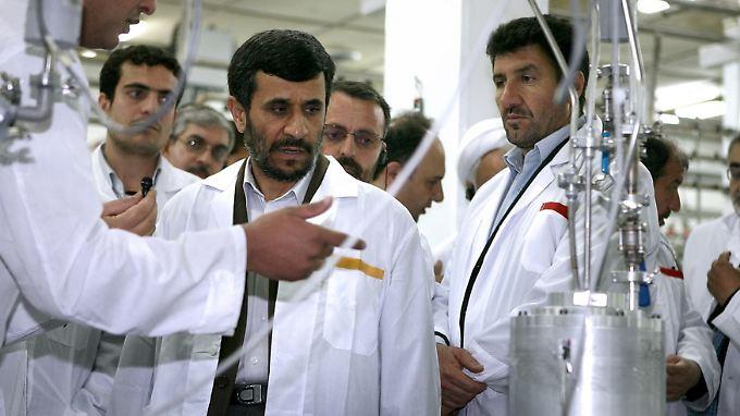 Präsident Ahmadinedschad besichtigt die Uran-Anreicherungsanlage in Natans.